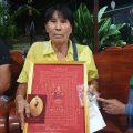 泰国中头奖妇人尼德与儿子和亲戚