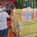 马来西亚保顺宫总务李竟铭与信徒送来的纸金砖
