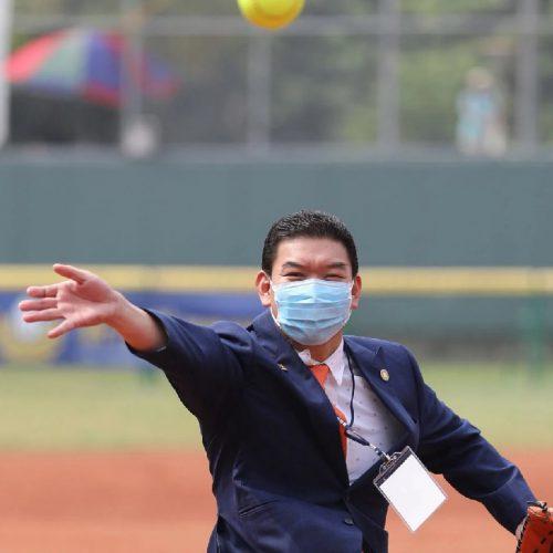 庄周文为女子垒球开球