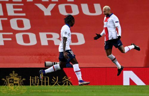内马尔踢进两球破门 巴黎3-1曼联